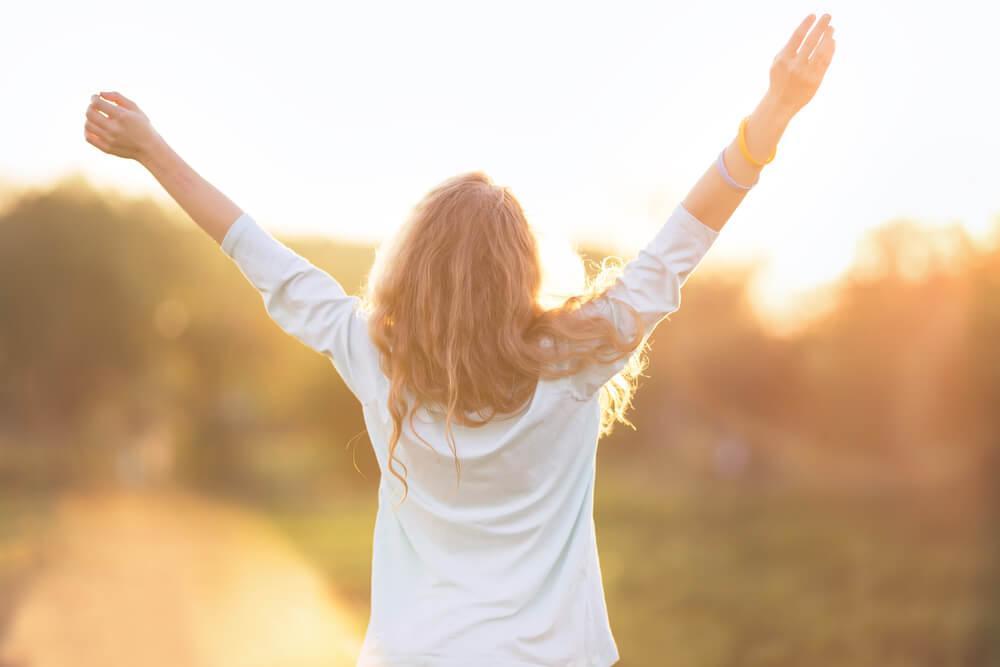 mujer-feliz-viviendo-segun-sus-propias-reglas